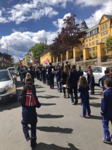 Korpset stiller opp på gata foran Ila skole